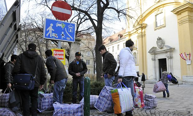 Votivkirche geraeumt Fluechtlinge ziehen