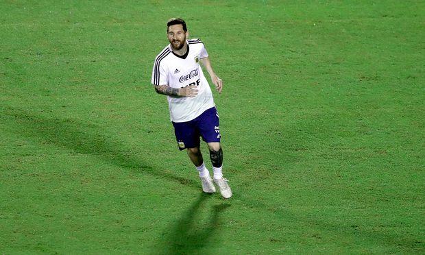Noch lächelt Lionel Messi, wenn er wie hier im Training für Argentinien auf dem Platz steht. Bei den Fans nährte das die Hoffnung auf den ersten Titel seit 1993.