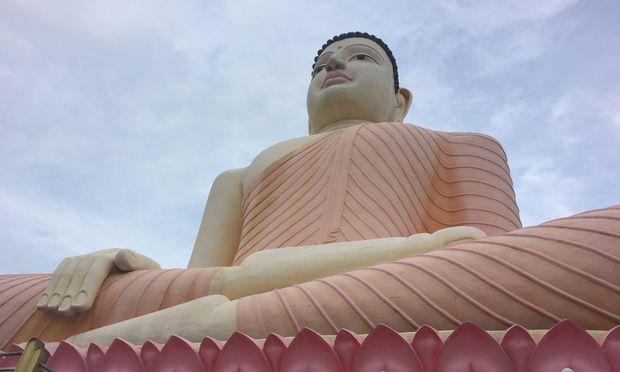 Der weithin sichtbare Buddha des Kande-Viharaya-Tempels in Moragalla, südlich der Hauptstadt Colombo.