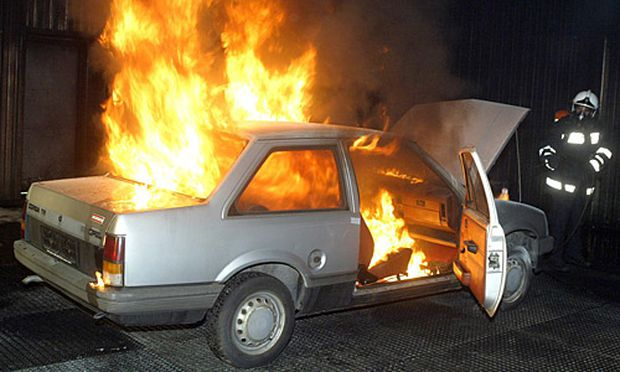 Verkehrssicherheit Brennende Autos explodieren