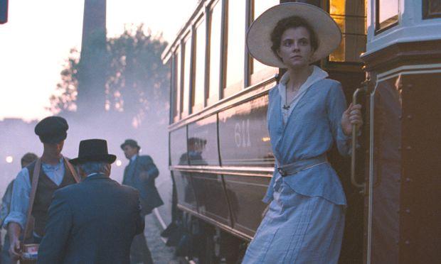 """In einem untergehenden Abendland: Juli Jakab als verwaiste Tochter berühmter Hutmacher auf der Suche nach der Wahrheit in der Vergangenheit – im Film """"Sunset"""" (Originaltitel: (""""Napszállta""""), der 2018 in Venedig Premiere hatte und nun in Österreich anläuft."""