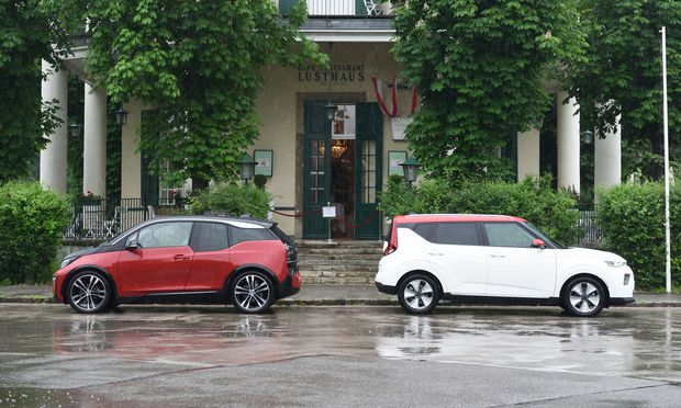 Im Radstand vergleichbar, beide geräumig und luftig, der Kia e-Soul (rechts) mit größerem Kofferraum, der visionäre BMW i3 mit lustvoller Fahrdynamik.