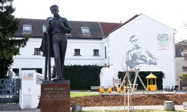 Im ehemaligen Stadtgefängnis Tulln befindet sich seit 1990 – dem 100. Geburtstags des Malers – das Egon-Schiele- Museum.