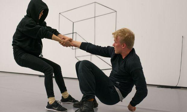 """Spiele mit Fäden: """"This Is Where You Draw The Line"""", eine Performance mit leichtem Gruppenseminar- Touch."""