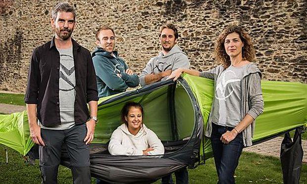 Das Team mit seinem Produkt von links nach rechts: Joachim Leitgeb (Founder & Product Development), David Dietrich (Co-Founder & Finance), Markus Strasser (Co-Founder & Logistics), Eva Riesemann (Co-Founder & Marketing) und im flying tent: Bettina Wenigwieser (Marketing & Communication Assistant).
