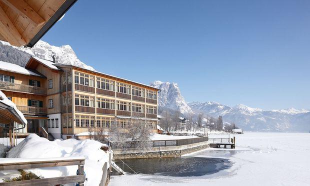 Am Grundlsee winterwandern: Schnell kommt man nicht voran – viele Lokalitäten lenken den Schritt ab. Hier das Seehotel Grundlsee mit seinem Seeplatz'l.