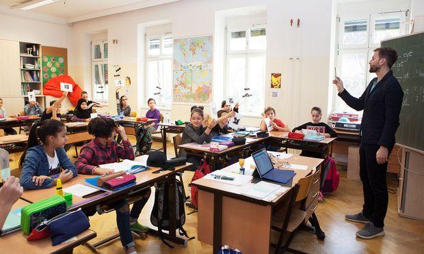 Beim Quiz am Anfang der Mathematikstunde scannt Michael Fleischhacker die Antworten der Kinder ab. Für seinen Digitaleinsatz hat er unlängst den zweiten Platz beim IV Teacher's Award bekommen.