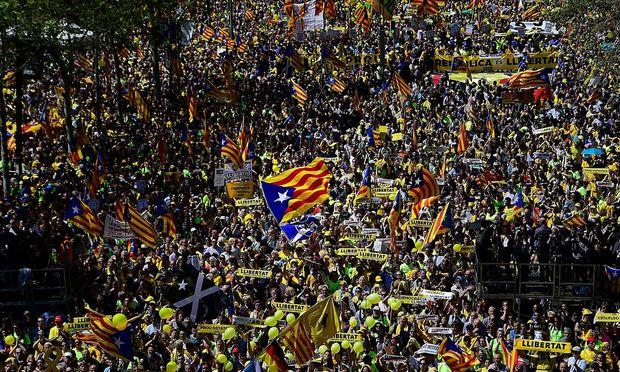 Hunderte Busse brachten Demonstranten aus ganz Katalonien nach Barcelona