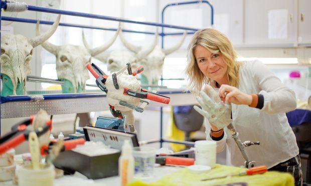 Perücken zu machen, Frisuren sowie Masken zu gestalten und Darsteller zu schminken gehört zu den Aufgaben von Melanie Burgermeister.