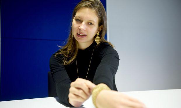 Marie Boltenstern präsentiert ihren Goldschmuck aus dem 3-D-Drucker.