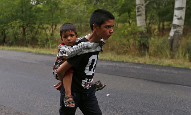 Flüchtlingskinder an der ungarisch-serbischen Grenze