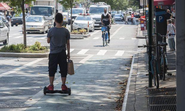 Junger Mann auf einem Hoverboard
