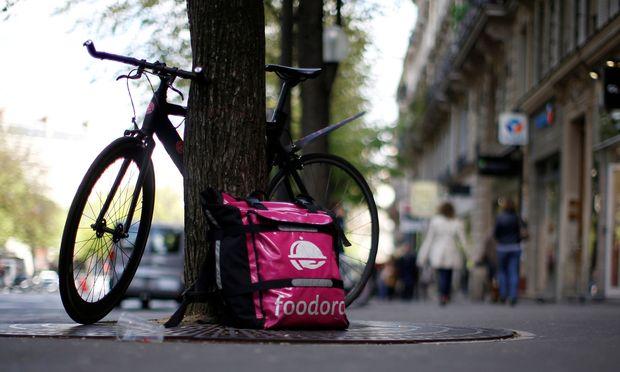 Während die Lieferservicemutter trotz Verlusten an die Amsterdamer Börse gegangen ist, zögert der Konzern hinter Foodora noch.