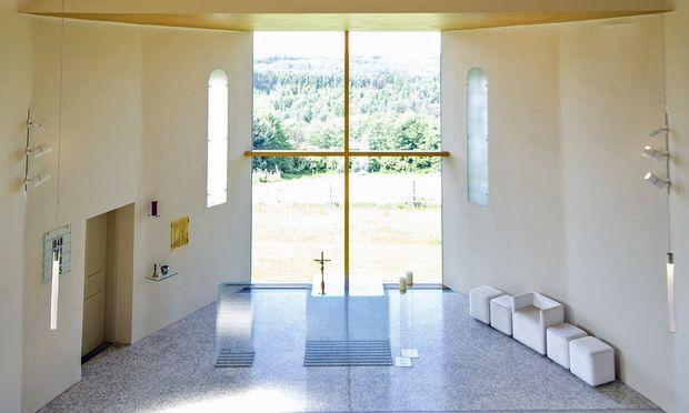 Ganz luftig: Die renovierte Kirche in Neuhaus in der Wart. Die massive Apsis wurde entfernt, eine Glaswand öffnet nun den Blick nach außen.