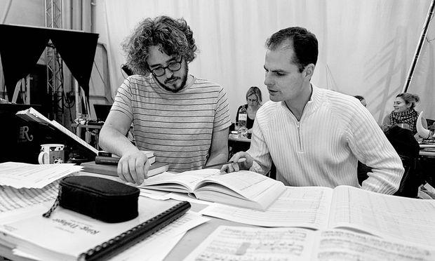 Hinter den Kulissen. Studienleiter Raphael Schluesselberg und Dirigent Constantin Trinks.