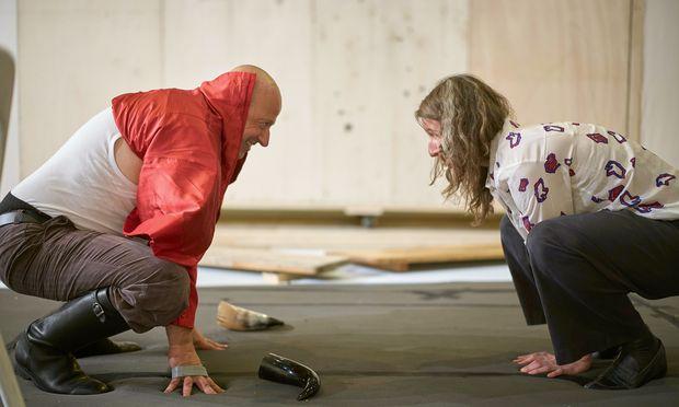 Bei den Proben. Martin Winkler (Alberich; in Rot), Regisseurin Tatjana Gürbaca.