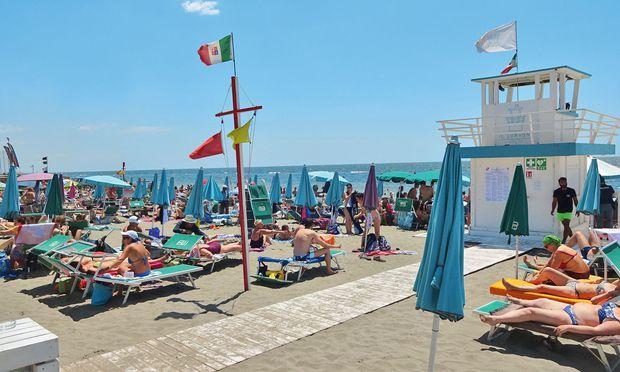 Perfekter Tag am Strand von Ostia – zunächst. Bald würde eine Wasserleiche durch das Bild getragen werden.