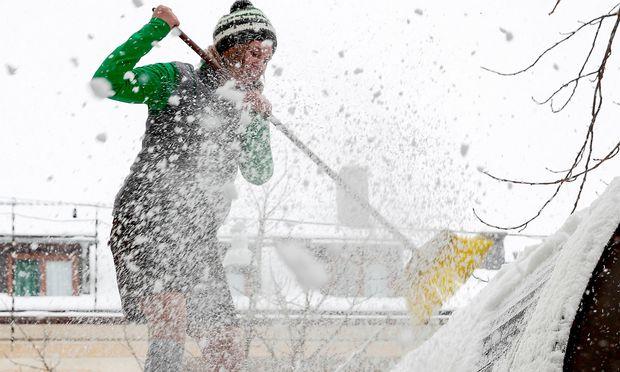 Schneeschaufel Streusplitt haben wieder