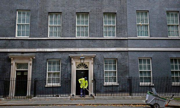 Die Ordnung am Trottoir vor der Downing Street 10 täuscht: Die britischen Regierungspositionen zu Europa sind pures Chaos.