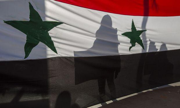 Frankreich, Großbritannien und die USA kündigten am Sonntag eine umfangreiche diplomatische Initiative an, um den seit sieben Jahren tobenden Bürgerkrieg zu beenden.