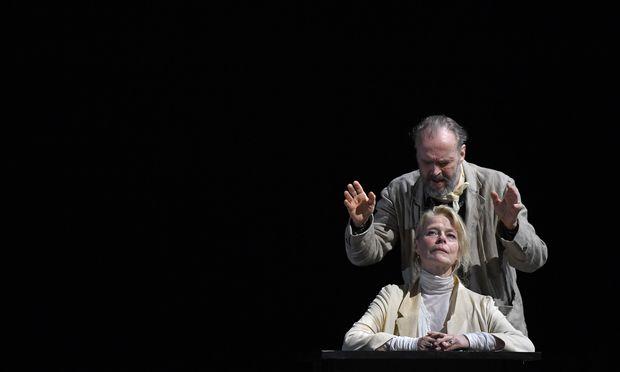 Corinna Kirchhoff zeigt als Mary Tyrone alle Facetten, die nur denkbar sind – ihr zur Seite bzw. als ihr Widerpart: Sven-Eric Bechtolf.