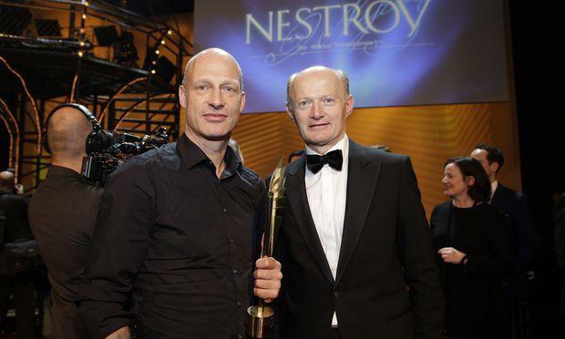 """Bester Schauspieler"" Joachim Meyerhoff mit Nestroy-Sponsor Franz Gasselsberger (Oberbank)."
