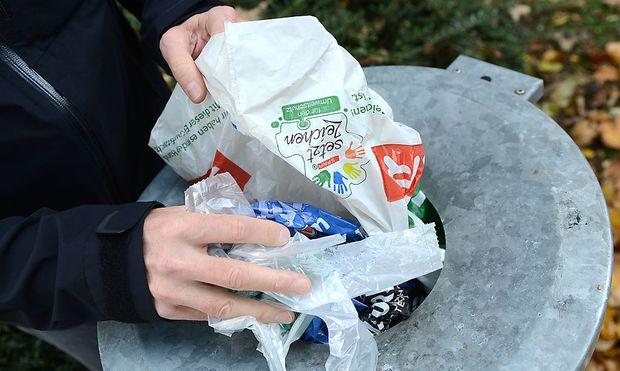 EU-weit soll der Plastiksackerl-Verbrauch eingedämmt werden.