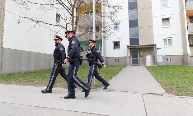 Schichtwechsel: Dreierteams von Polizisten kontrollieren seit Montag jeden, der durch diese Tür will.