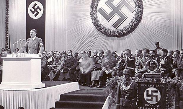 In Berlin übernimmt Hitler den Oberbefehl über die Wehrmacht.
