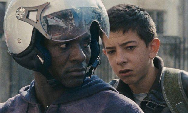 Der junge Pio (verkörpert von Pio Amato) ist ein Kind, das gern Faxen macht – und gezwungen wird, früh erwachsen zu werden.