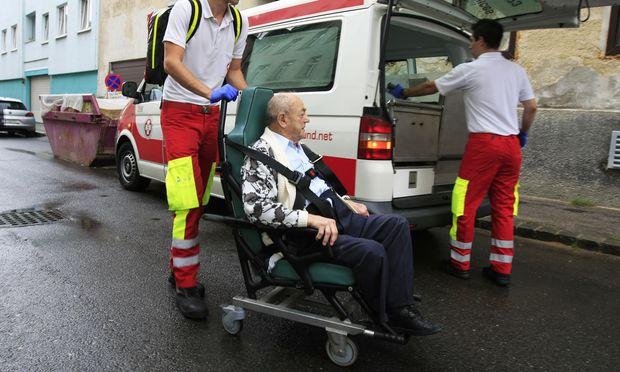 Krankentransporte werden aus Kostengründen zunehmend von privaten Fahrtendiensten übernommen.