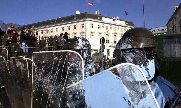Archivbild vom 4. Februar 2000: Demonstranten werfen während der Angelobung der Regierung Farbbeutel auf Polizisten