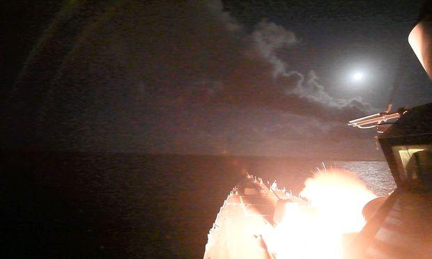 Eine Rakete feuert vom USS Porter ab.