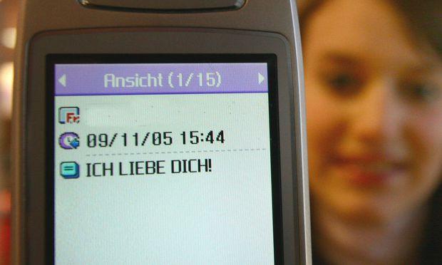 Junge Frau mit Liebes-SMS