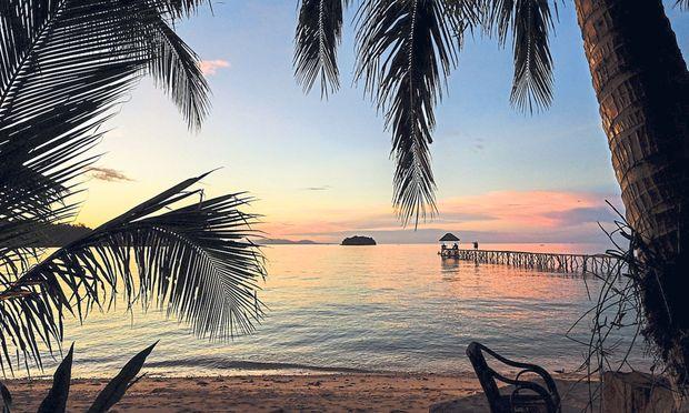 Die Unermüdliche: Chi ist ständig am Tun in ihrem Tauchressort auf der kleinen indonesischen Togian-Insel (bei Sulawesi). Trinkwasser kommt per Boot. Der Gast im Paradies ist hoffentlich sorgsam.