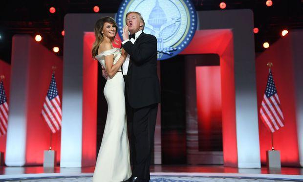 Melania und Donald Trump bei ihrem ersten Tanz als First Couple.