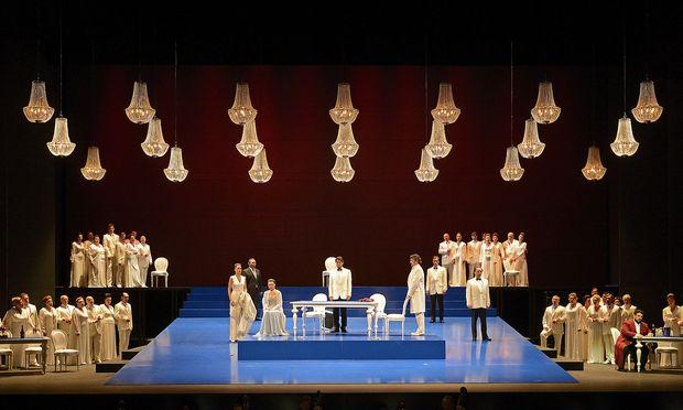 """Wilhelm möchte, dass das Geld """"auf dreißig bis vierzig der in Erl so übel ausgebeuteten belarussischen OrchestermusikerInnen und ChorsängerInnen aufgeteilt"""" wird. Im Bild: Szene aus der Hauptprobe zur Oper 'La Traviata' in Erl."""
