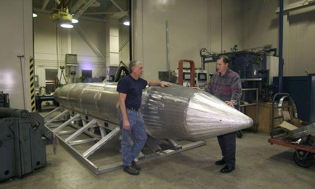 Al Weimorts (re.), Erbauer der MOAB, anno 2008 mit einem Testmodell.