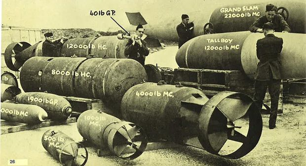 Bomben der RAF von 40 Pfund (18kg) bis zur mächtigen Grand Slam (22.000 Pfund, 9980 kg)