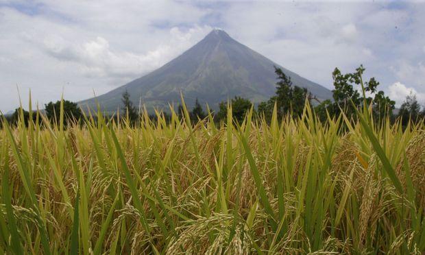Menschen fliehen aus Gefahrengebiet um Vulkan auf Philippinen