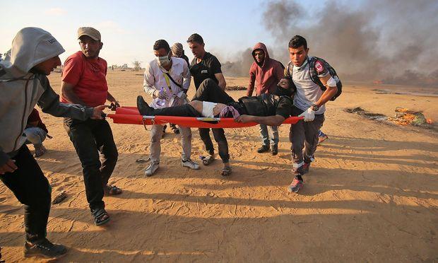 Sanitäter bergen einen palästinenischen Protestanten