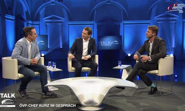 Beim Sendungsformat von Servus TV nehmen Politiker einen Überraschungsgast ins Studio mit.