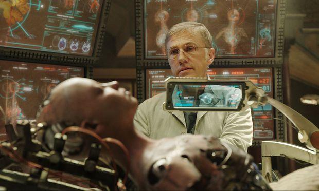 Dr. Ido (Christoph Waltz) schraubt sich aus Fundstücken vom Schrottplatz eine Maschinentochter.