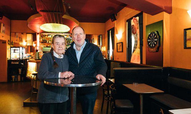 Helene Wanne und ihr Sohn André im Café-Teil der Arena-Bar. Die Jukebox funktioniert seit geschätzt 20 Jahren nicht mehr.
