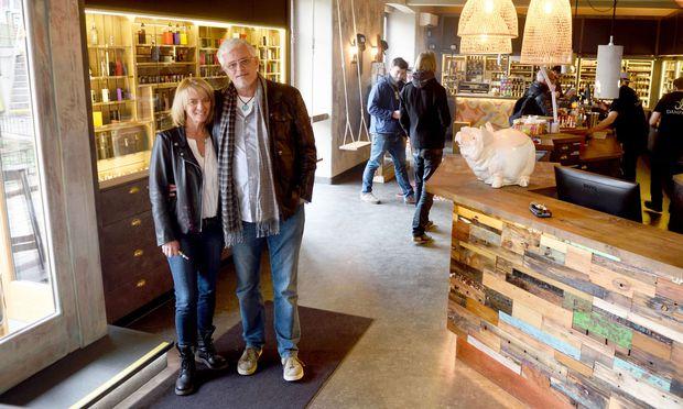 Bettina und Josef Gross in ihrer kürzlich eröffneten Dampfbar auf der Wienzeile.