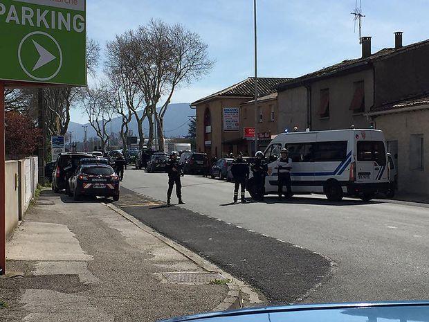 Polizisten nahe des Tatortes in Trèbes im Süden Frankreichs