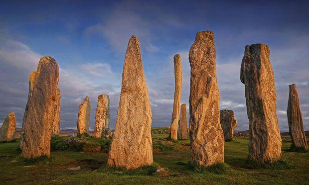 Stehende Steine von Callanish in Großbritannien im Abendlicht.