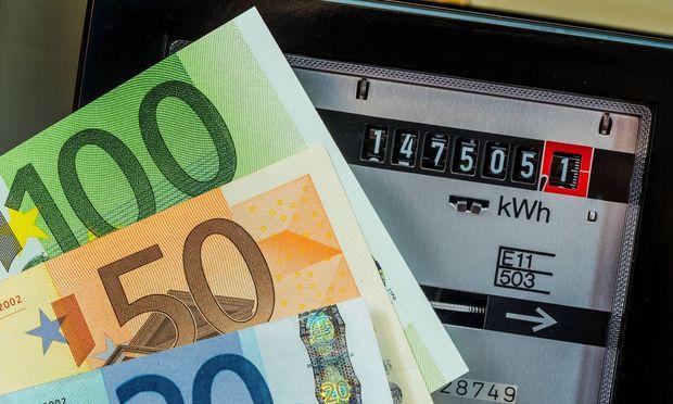 EIn Stromzaehler misst den verbrauchten Strom Symbolfoto fuer Strompreis und Strom sparen McPWOD McPW