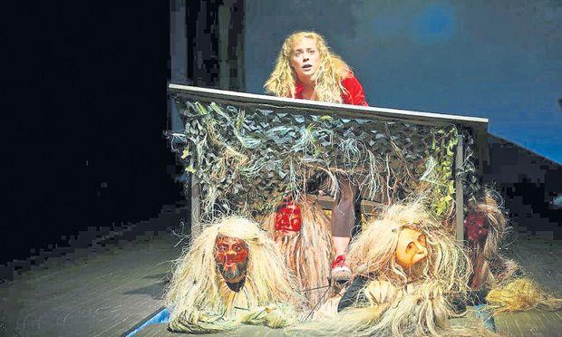 Ronja (Katharina Stadtmann) sitzt bei den Rumpelwichten fest.