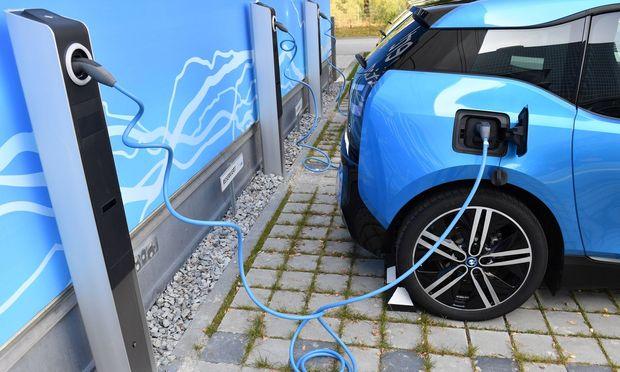 Fast E Ladesaeule der Firma allego Stromtankstelle Ladekabel Akku aufladen bei einem BMW i3 CSU elek